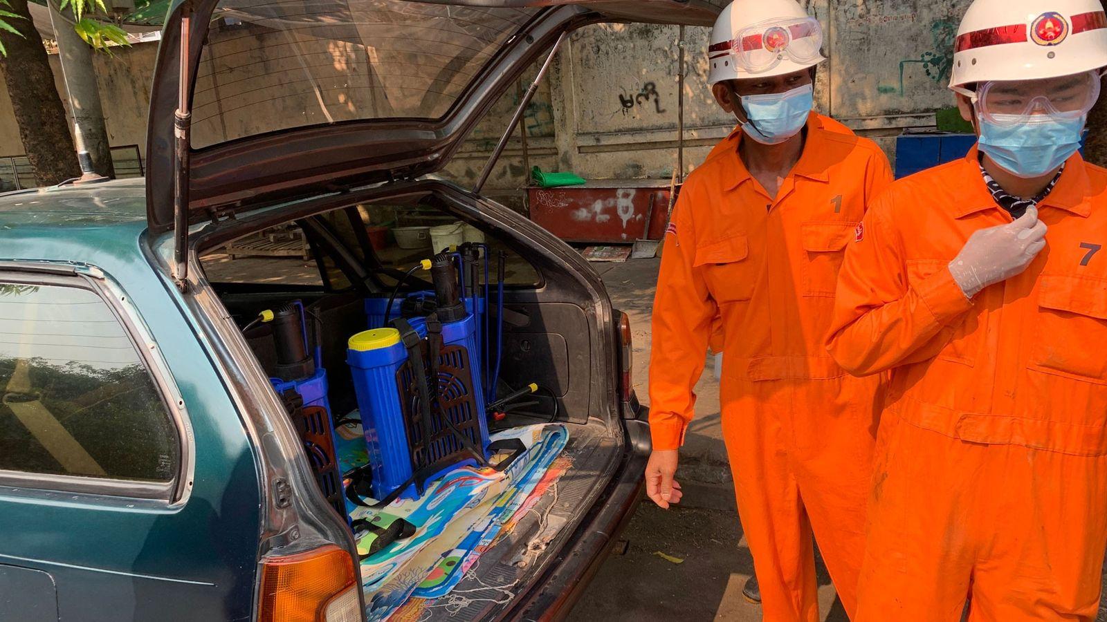 Des agents d'entretien de la ville de Mandalay, deuxième ville du Myanmar, se préparent à pulvériser du ...