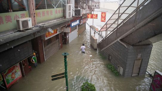 Ci-dessus, les inondations provoquées par les pluies torrentielles causées par le typhon Mangkhut à Macau, en ...