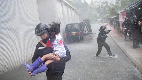 À Hong Kong, des policiers s'empressent de sauver une petite fille des décombres d'une école. Suite ...