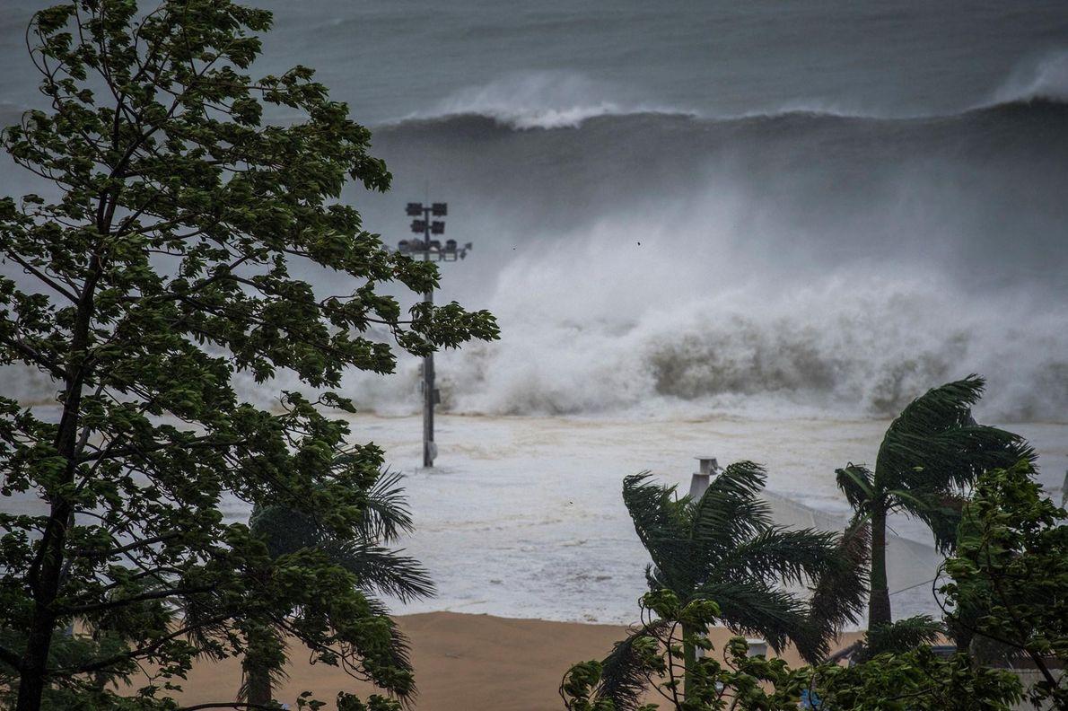 Les immenses vagues d'un mascaret submergent brusquement la côte de Shenzhen, dans la province du Guangdong, ...