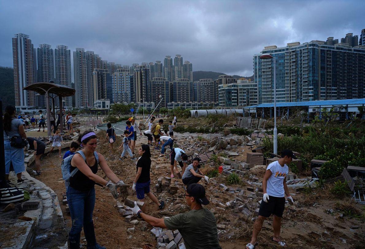 À Hong-Kong, la population participe au nettoyage des débris laissés par le typhon Mangkhut sur le ...