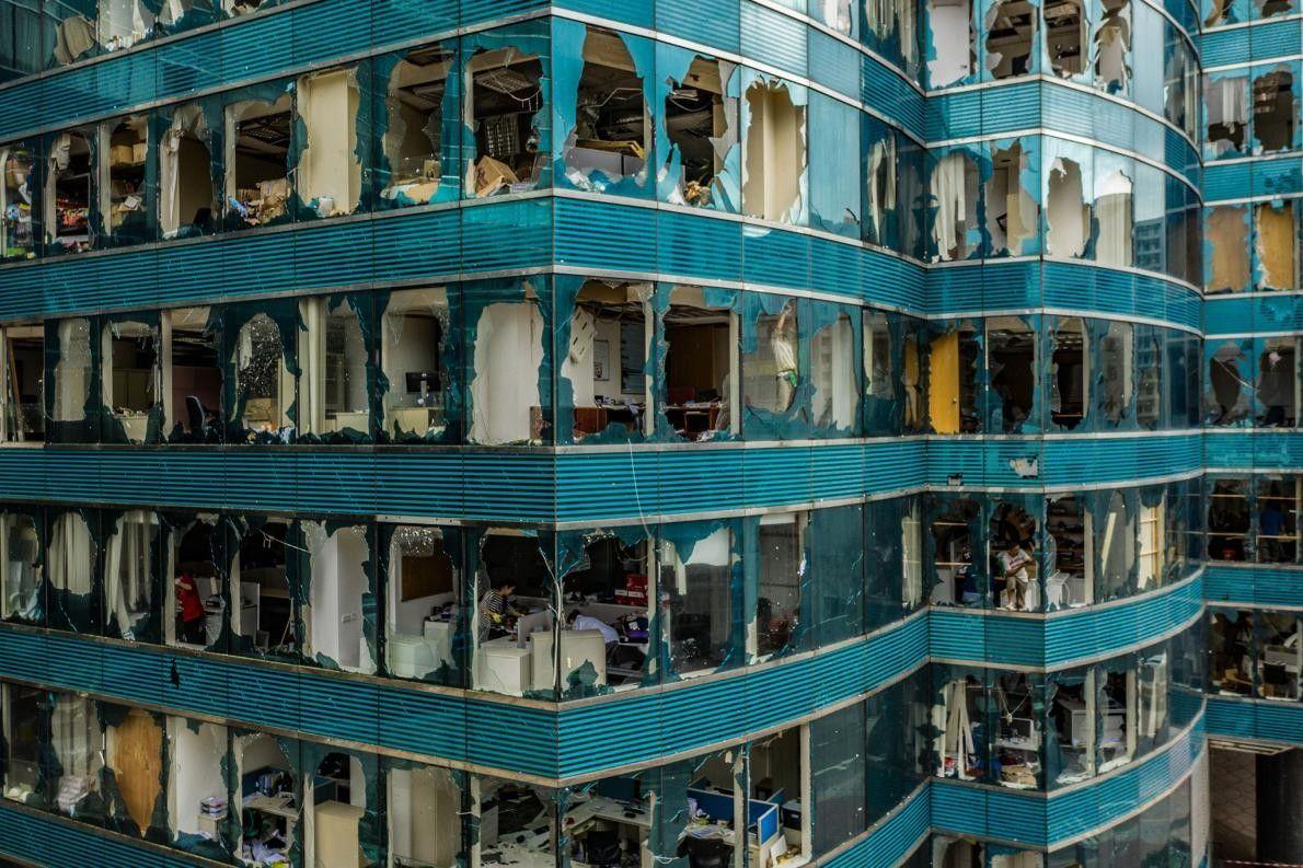 Ci-dessus, les conséquences du super-typhon à Hong-Kong : les vents violents ont fait chanceler les immeubles, ...