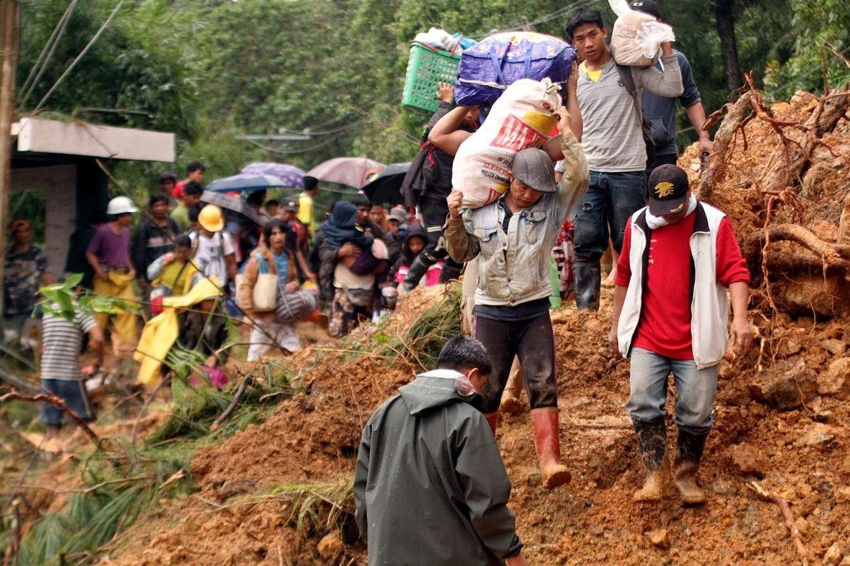 À Itogen, ville minière isolée du nord des Philippines, des habitants et des familles de mineurs ...
