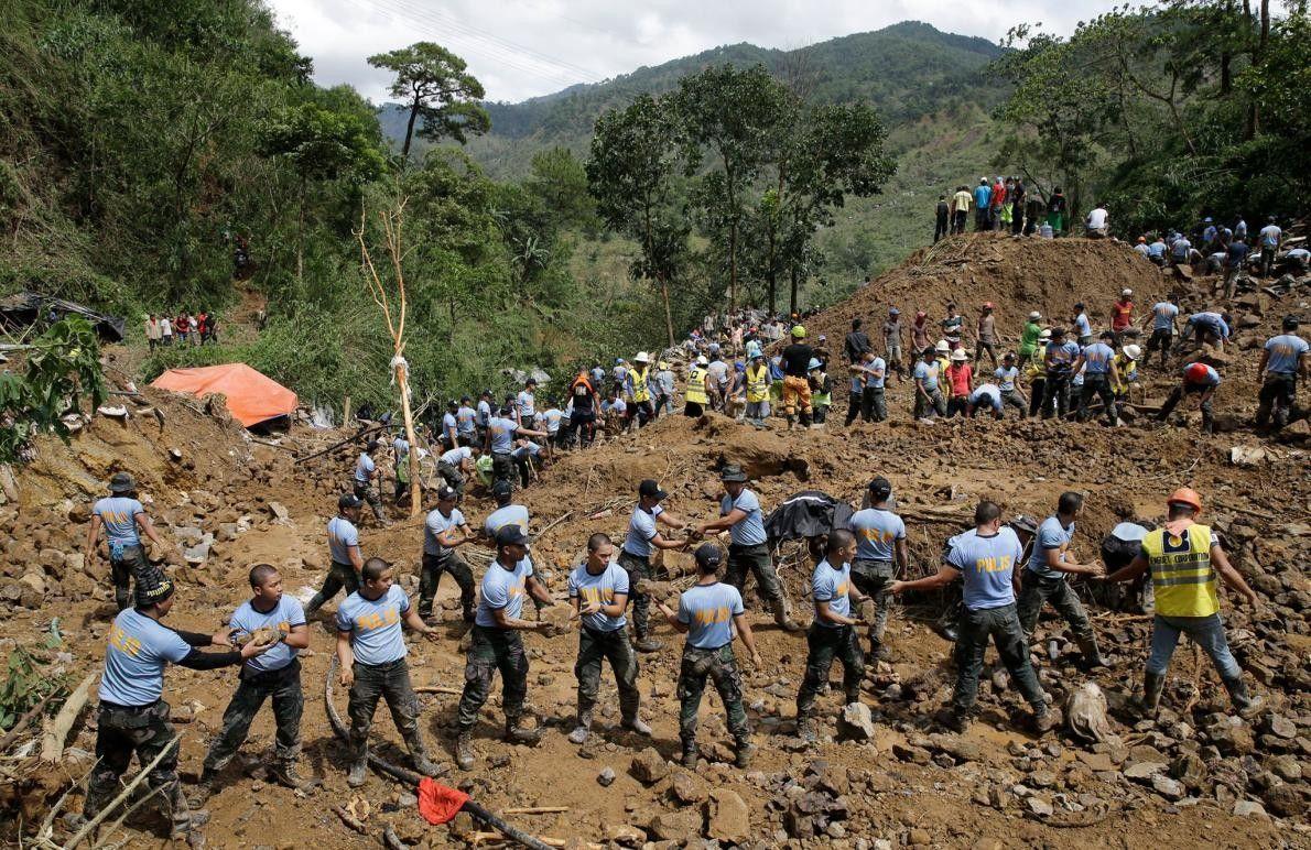 Des sauveteurs déplacent des pierres sur un site où des victimes auraient été ensevelies par l'un ...
