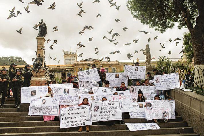Des proches de victimes de féminicides manifestent devant le palais présidentiel de La Paz, en janvier ...