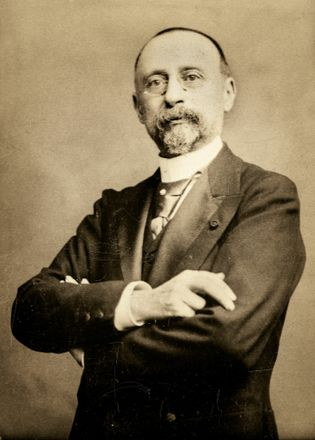 L'ingénieur et architecte Marcel-Auguste Dieulafoy, vers 1900.