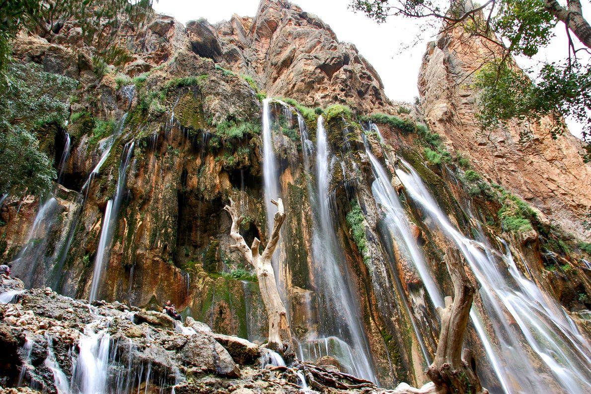 """Les chutes de Margoon (qui signifie """"comme un serpent""""), déferlent dans la Province iranienne de Fars."""