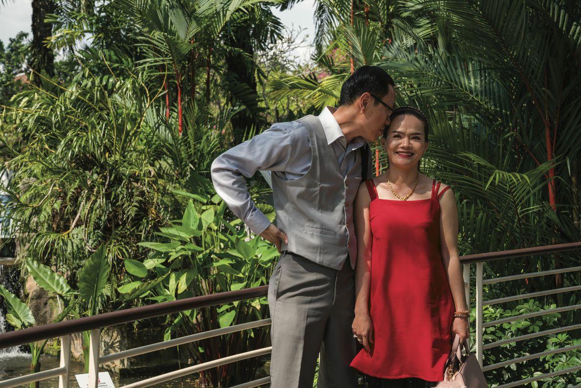 Ngoc Tuyen et Tony Kong passent du temps ensemble, le jour de leur mariage, à Singapour, ...
