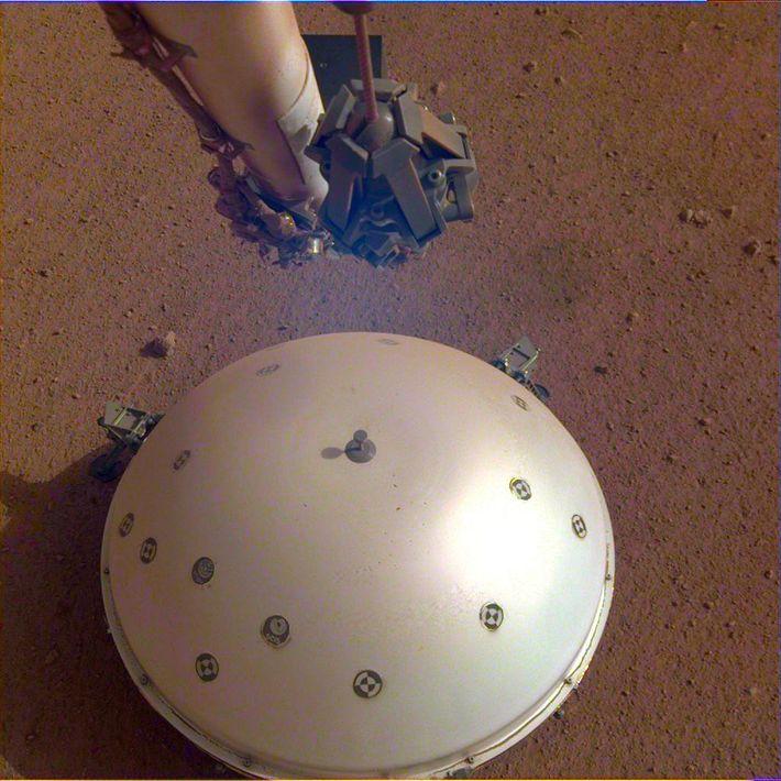 Le sismomètre de l'atterrisseur, appelé SEIS, a été construit par le CNES (Centre national d'études spatiales) ...