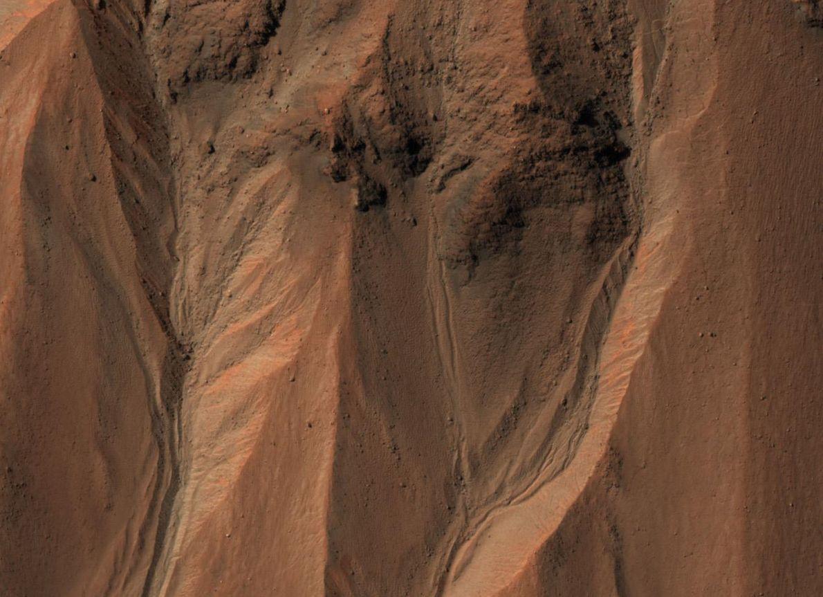 Des ravines se devinent sur le cratère Hale, sur Mars. Sur Terre, ces structures se forment ...