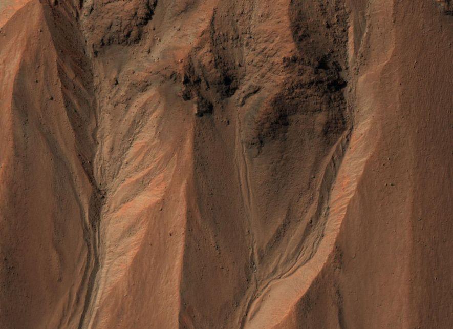 Des ravines se devinent sur le cratère Hale, sur Mars. Sur Terre, ces structures se forment …