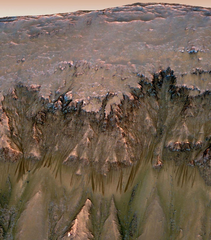 En 2015, les scientifiques ont découvert des stries foncées sur certaines collines martiennes. Les eaux salées ...