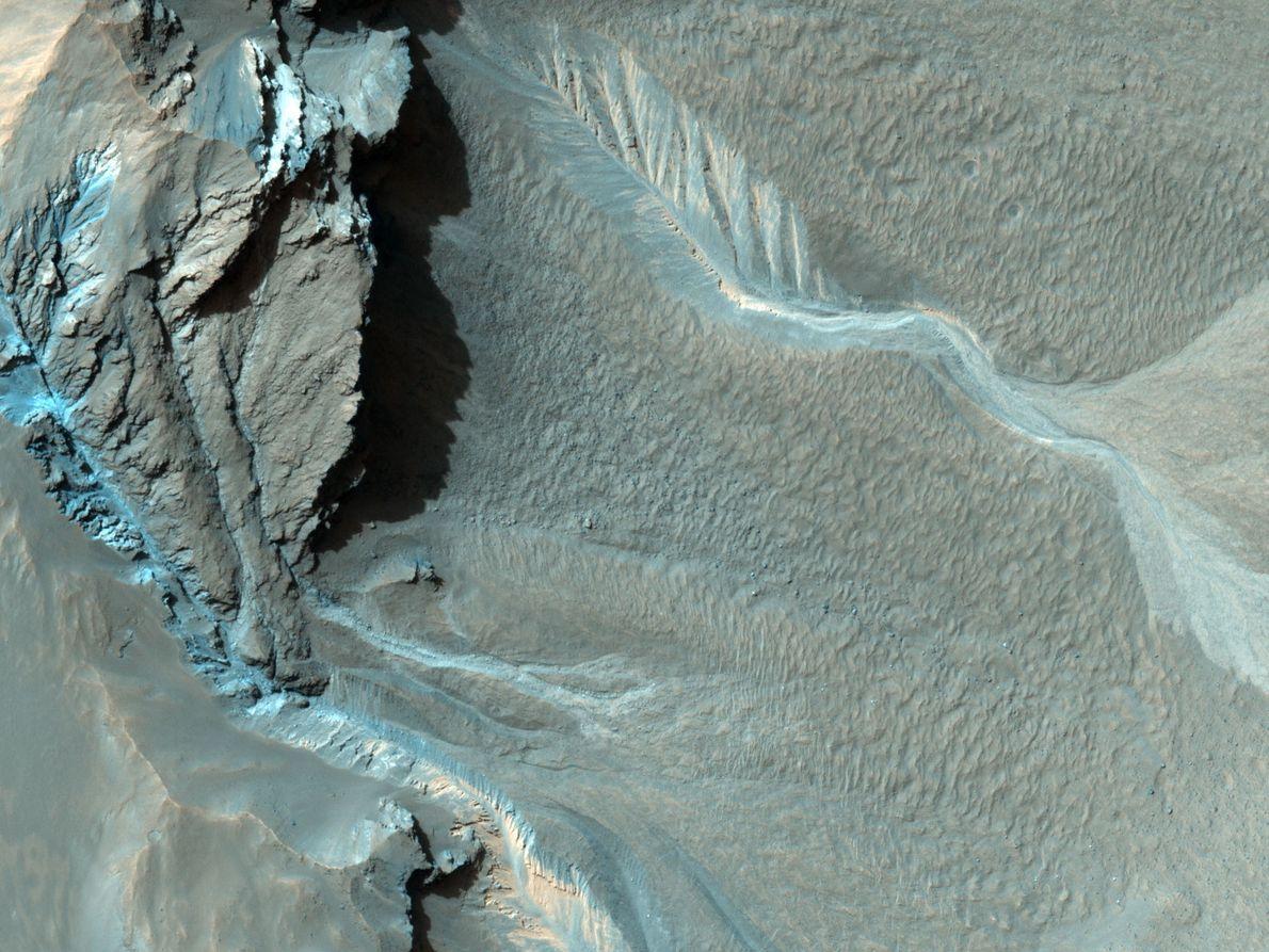 Des ravines se fraient un chemin vers le cratère de Hale. On en sait peu sur ...