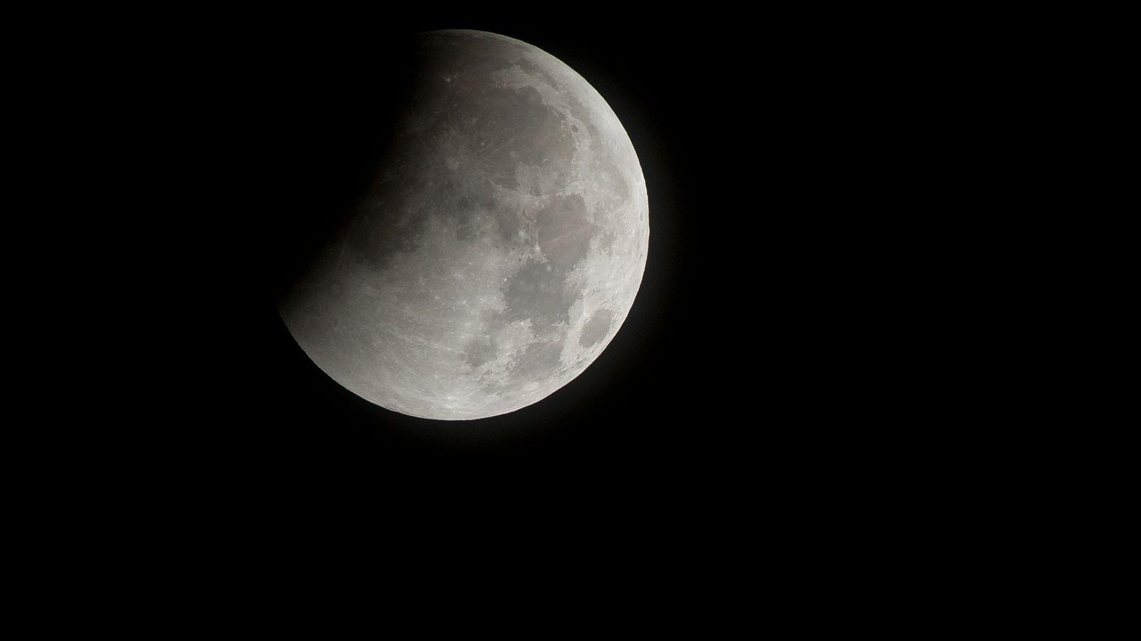 Lors de l'éclipse lunaire totale de décembre 2010, l'ombre de la Terre gagne la Lune.