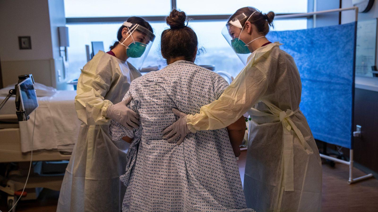 Le personnel soignant aide Zully, patiente atteinte de COVID-19 et demandeuse d'asile guatémaltèque, à faire ses ...