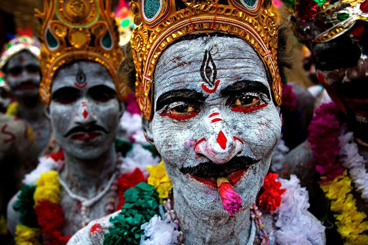 """Les dévots connus sous le nom de """"SANYASHI"""" peignent leur corps et leurs visages à l'occasion ..."""