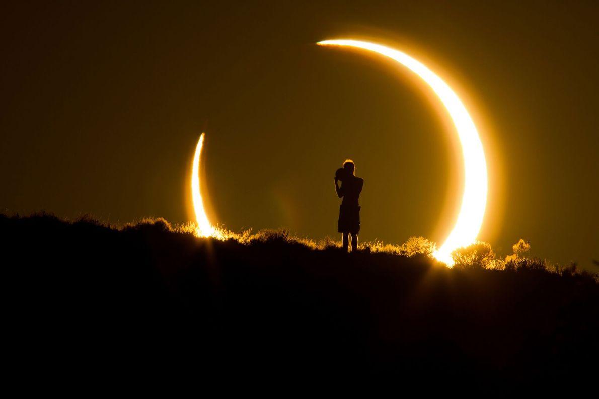 Un spectateur de l'éclipse solaire du 20 mai 2012 se fait le témoin de l'événement céleste.