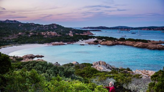 """Mauro Morandi vit seul sur l'île Budelli, en Italie, depuis 31 ans. """"Ce que j'aime le ..."""