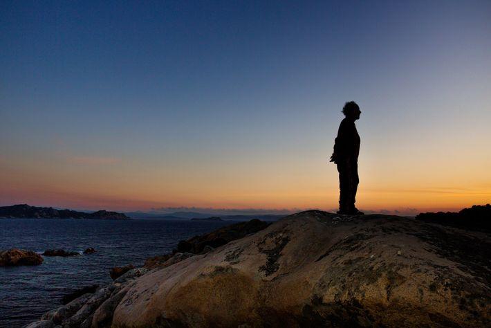 Morandi siffle doucement au coucher du soleil - son moment préféré de la journée, quand le ...