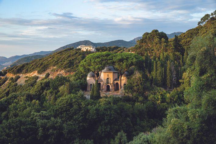 Le mausolée rose de la puissante famille Piccioni s'élève à l'ombre des pins dans les montagnes ...