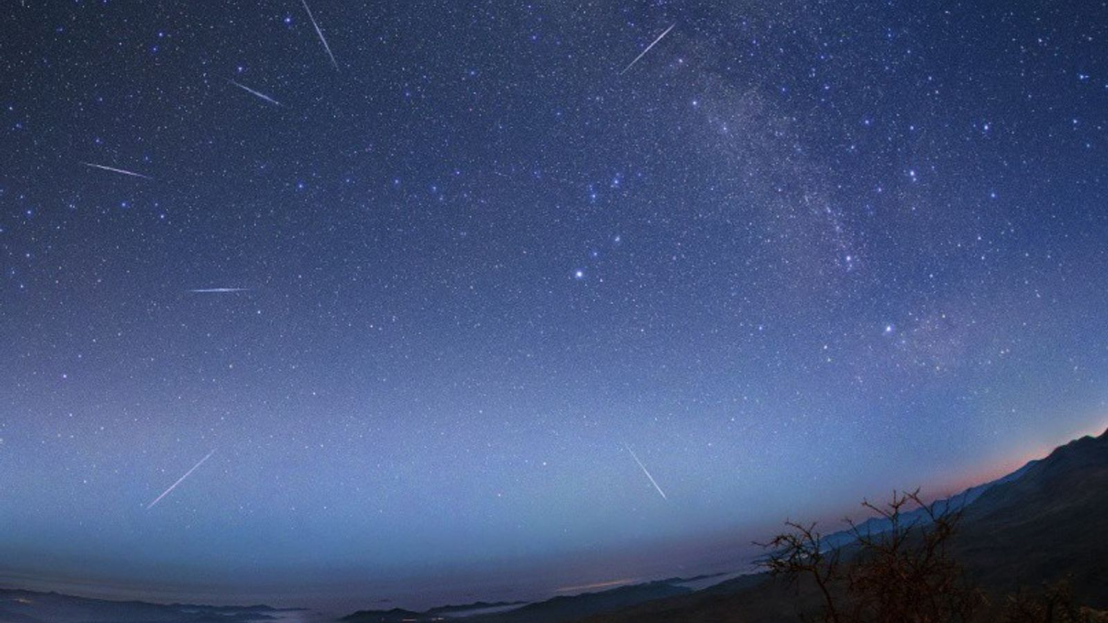 Les météorites des Êta aquarides transpercent le ciel du désert d'Atacama au Chili pendant la pluie ...