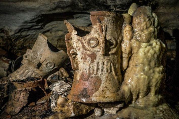 Au fil des siècles, des stalagmites se sont formées autour d'objets rituels tels que ce brûleur ...