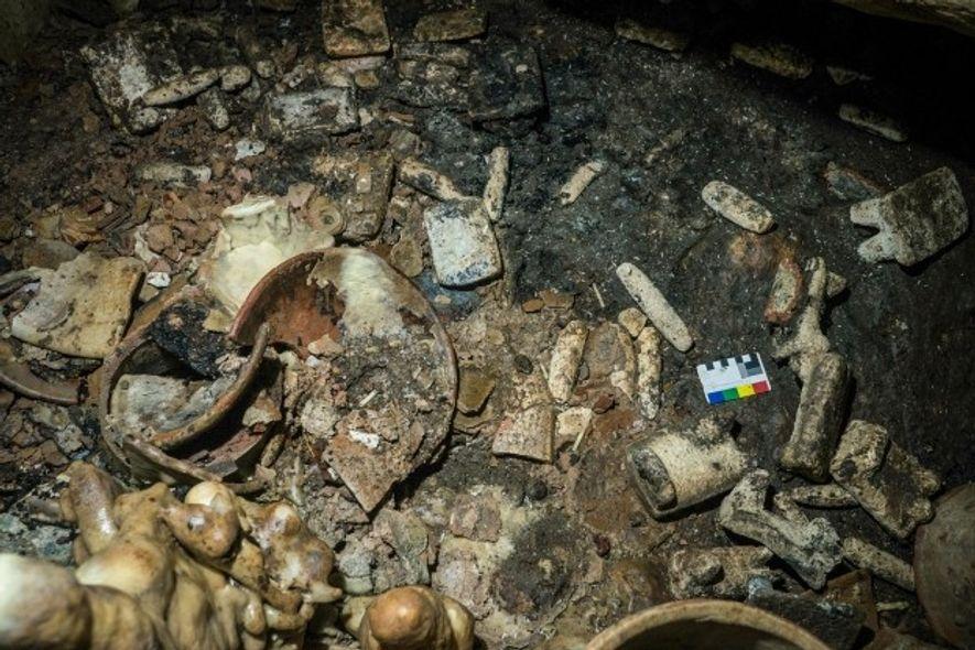 Parmi les autres objets découverts jusqu'à présent à Balamku figurent des assiettes peintes, des meules, des ...