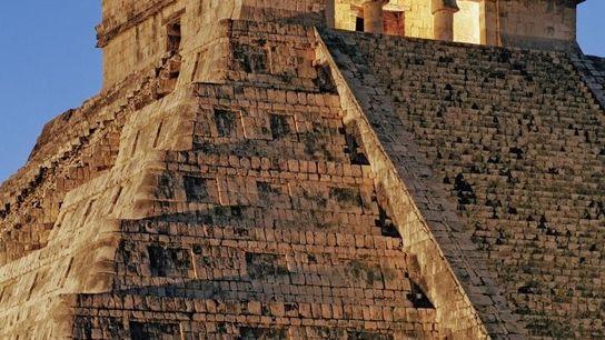 Construite il y a plus d'un millénaire, cette pyramide connue sous le nom d'El Castillo s'élève ...