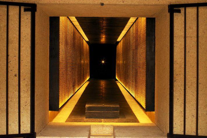 Inauguré en 1962 par le général de Gaulle à Paris, le mémorial des martyrs de la ...