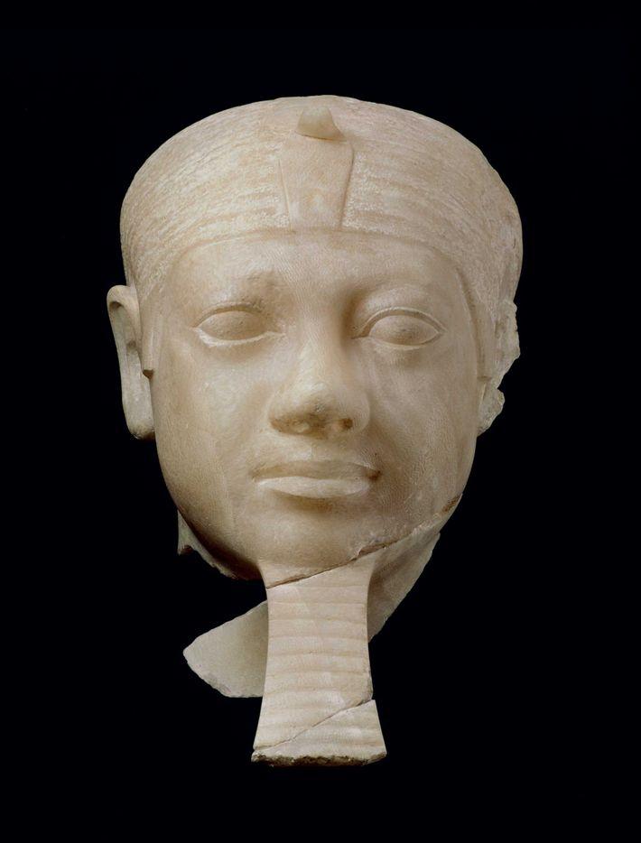 Tête de Mykérinos en albâtre, vue au Musée des Beaux-Arts, à Boston. Il a été découvert ...