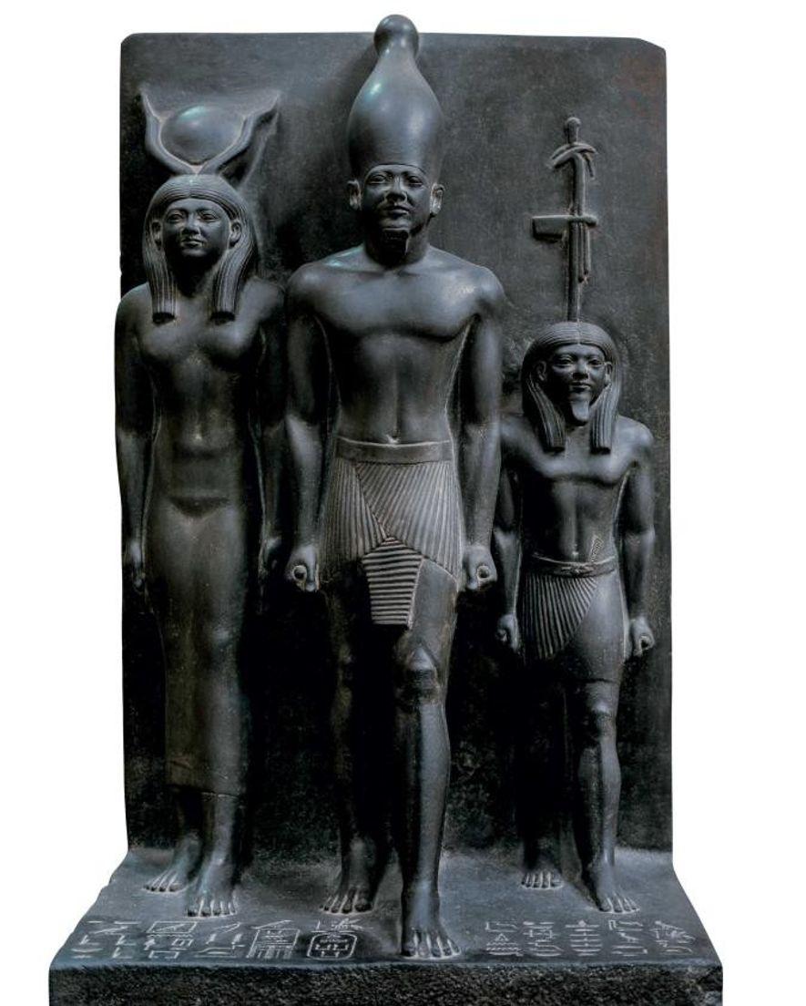 Mykérinos se tient au centre et tient deux rouleaux de cette pièce au musée égyptien du ...