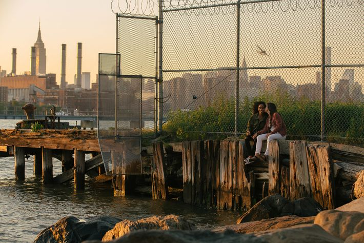 Elise et Carmen profitent du bord de mer à Brooklyn, New York, pendant le mois des fiertés ...