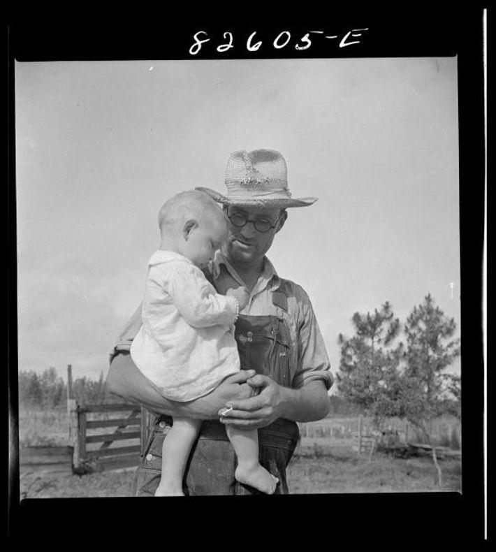 Dans la communauté d'Escambia Farms en Floride. George McLelland et son plus jeune fils. Juin 1942.