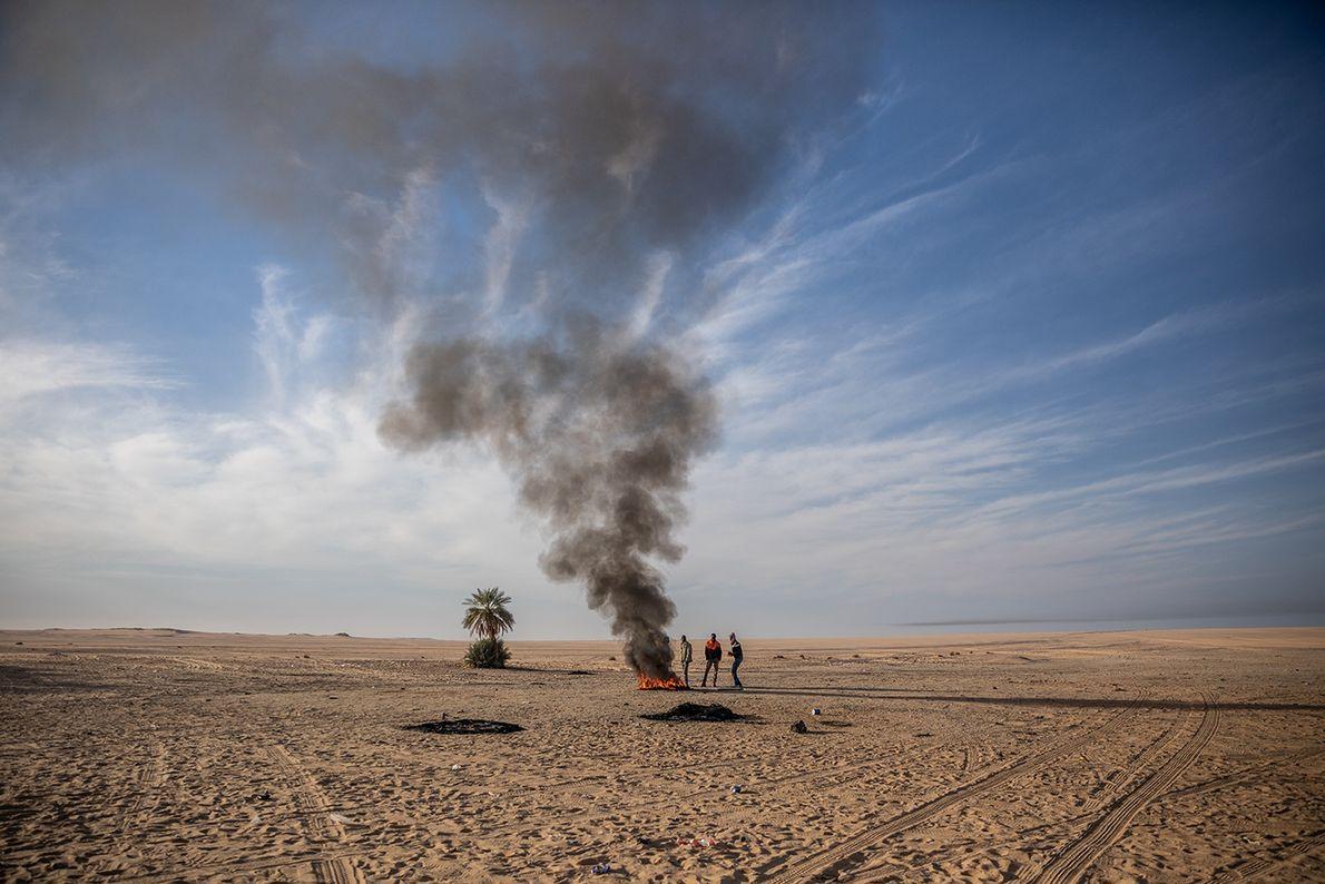 Coincés dans le désert au-delà d'Agadez, au Niger, après la panne de leur camion, ces migrants ...