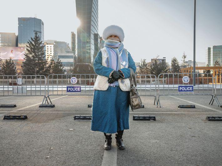 Une militante anti-pollution se tient sur la place Sühbaatar, devant le Parlement. Le gouvernement mongol a ...