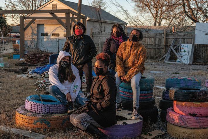 Inquiets de la pollution, Shashawnda Campbell (assise au premier plan) ainsi que d'autres jeunes militants des ...