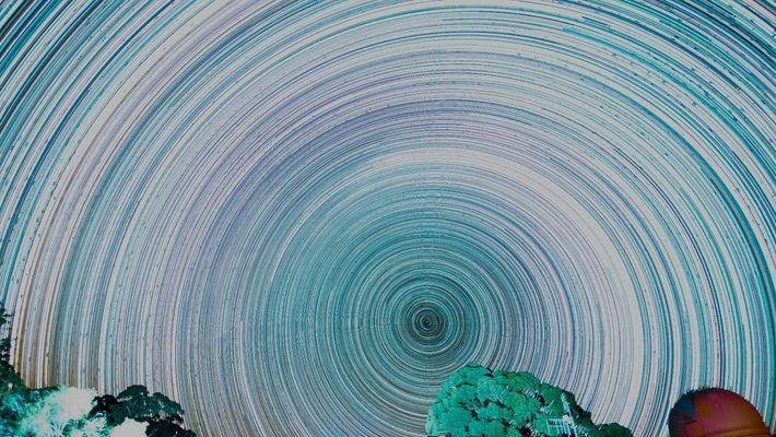 Lorsque les images de la Voie lactée prises à 30 secondes d'intervalle sont superposées, un « ...