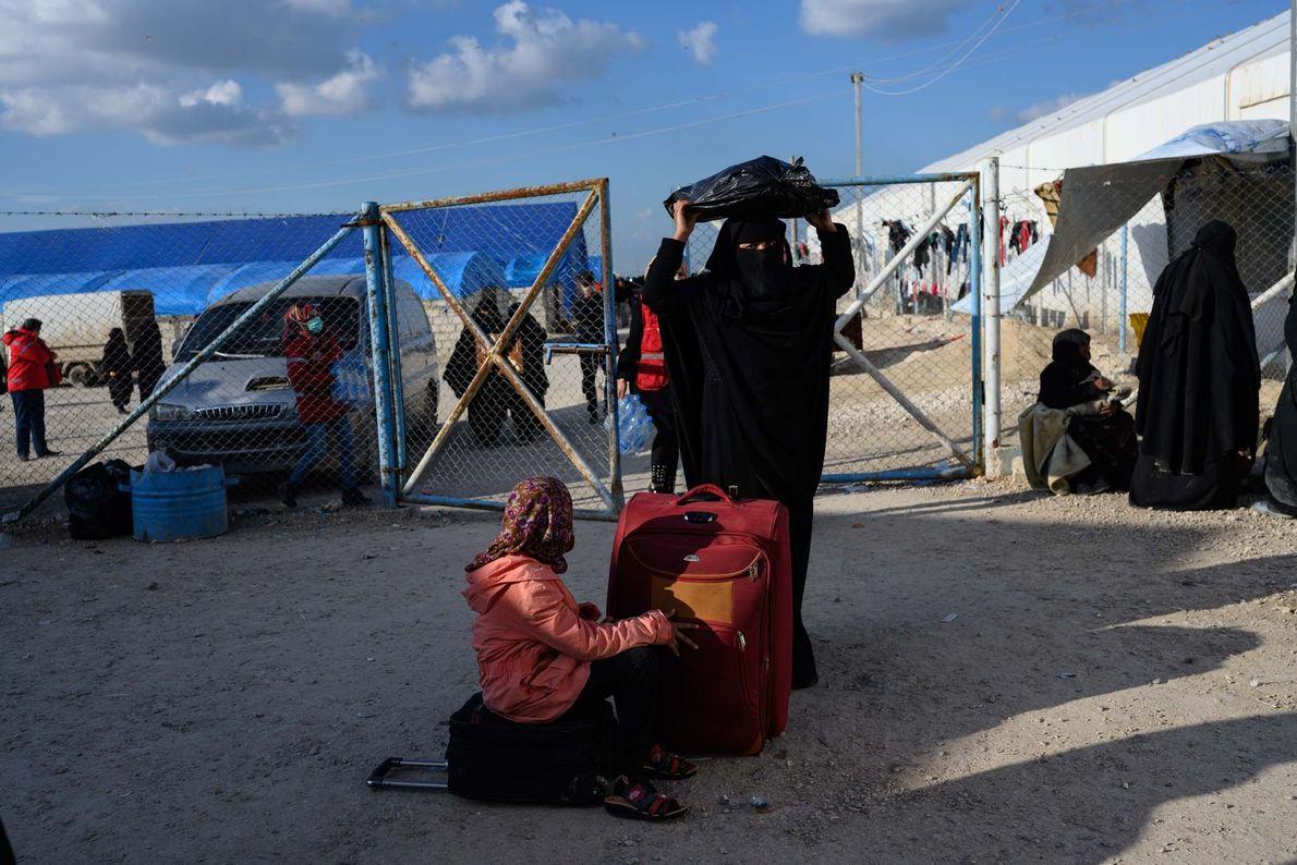 Plusieurs milliers de femmes et d'enfants sont arrivés dans la zone d'enregistrement du camp de réfugiés ...