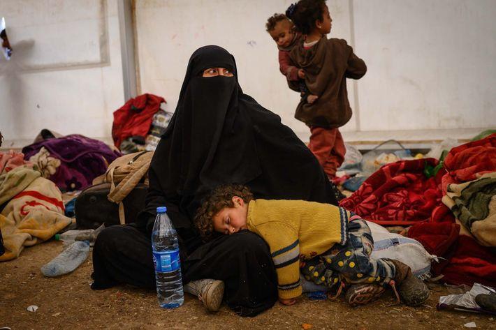 Les mères s'occupent de leurs enfants après leur arrivée dans le camp de réfugiés d'Al-Hol, dans ...