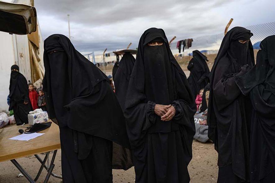 Sanaa, originaire d'Helsinki, en Finlande, se tient aux côtés de sa fille, tout à droite, et ...