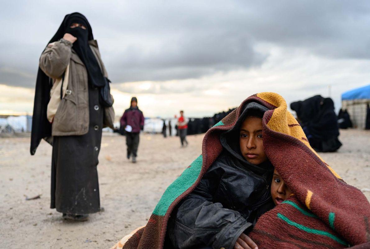 Mohammed Khalaf, 7 ans, prend soin de son petit frère, Diyab, dans le camp de réfugiés ...