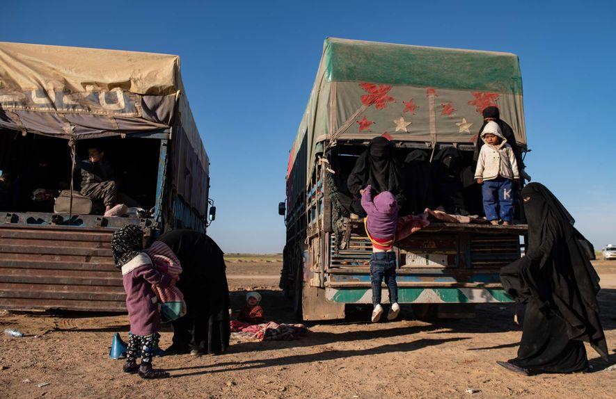 Les femmes et les enfants qui faisaient partie des dernières vagues de familles et de sympathisants ...