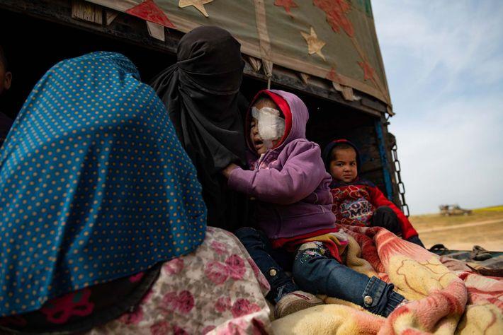 Un jeune garçon syrien, âgé d'environ 3 ans, se colle contre sa mère alors qu'il attend ...