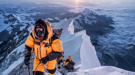 L'auteur et alpiniste Mark Synnott surnomme cette photographie son « selfie de l'Everest », bien que la personne ...
