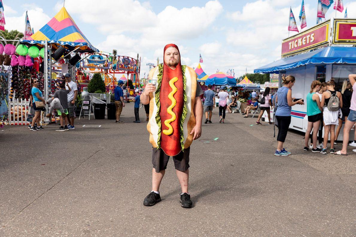 Sal Thegal déguisé en hot dog à l'occasion de la foire d'État du Minnesota, le vendredi ...