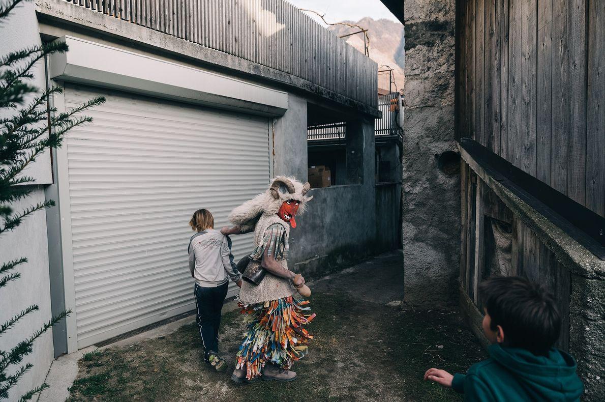 Pendant le Pust, les enfants entrent dans l'âge adulte avec l'aide des Pustje, des personnages qui ...