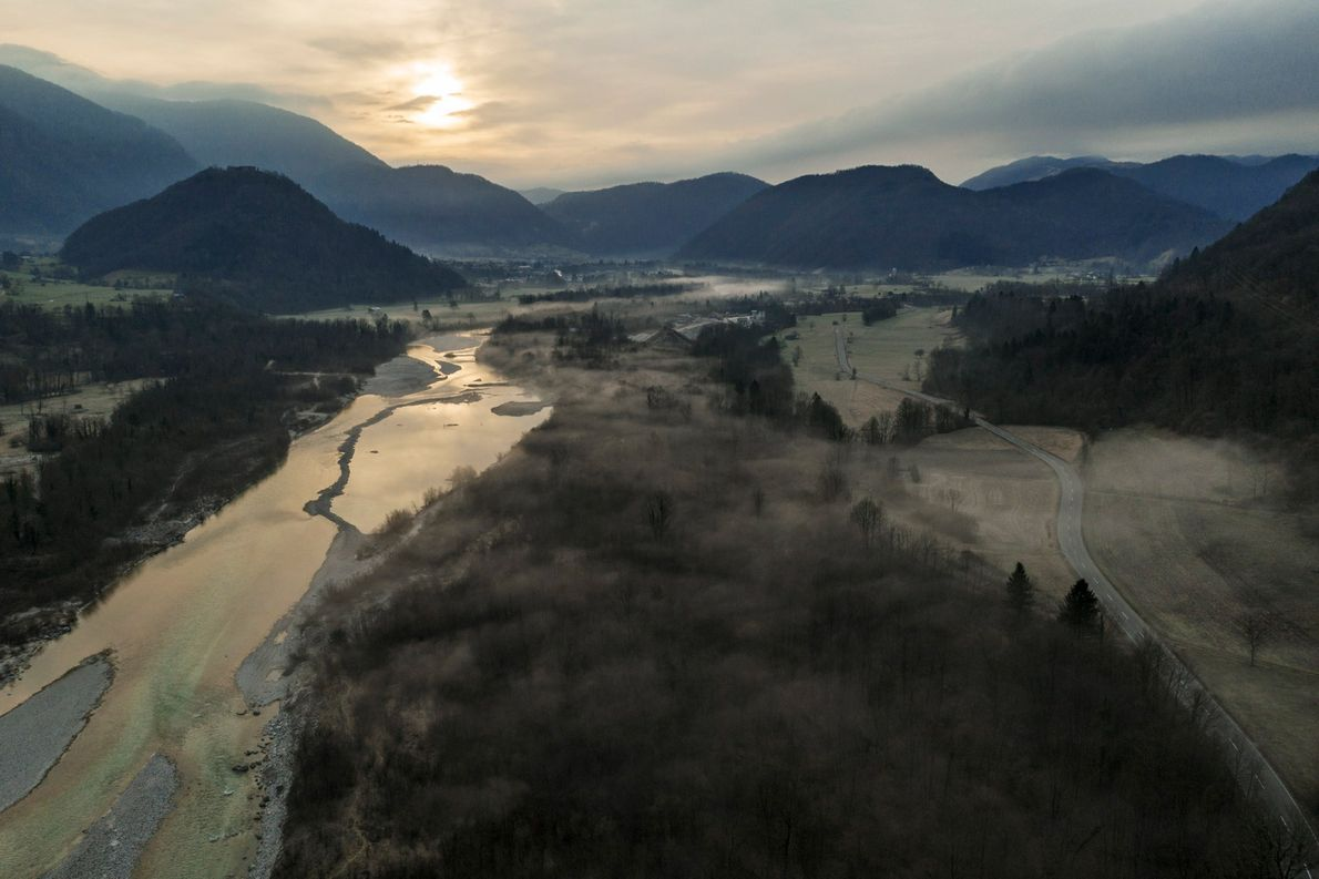 La brume s'élève par-dessus les fleuves et les vallées dans l'ouest de la Slovénie en créant ...