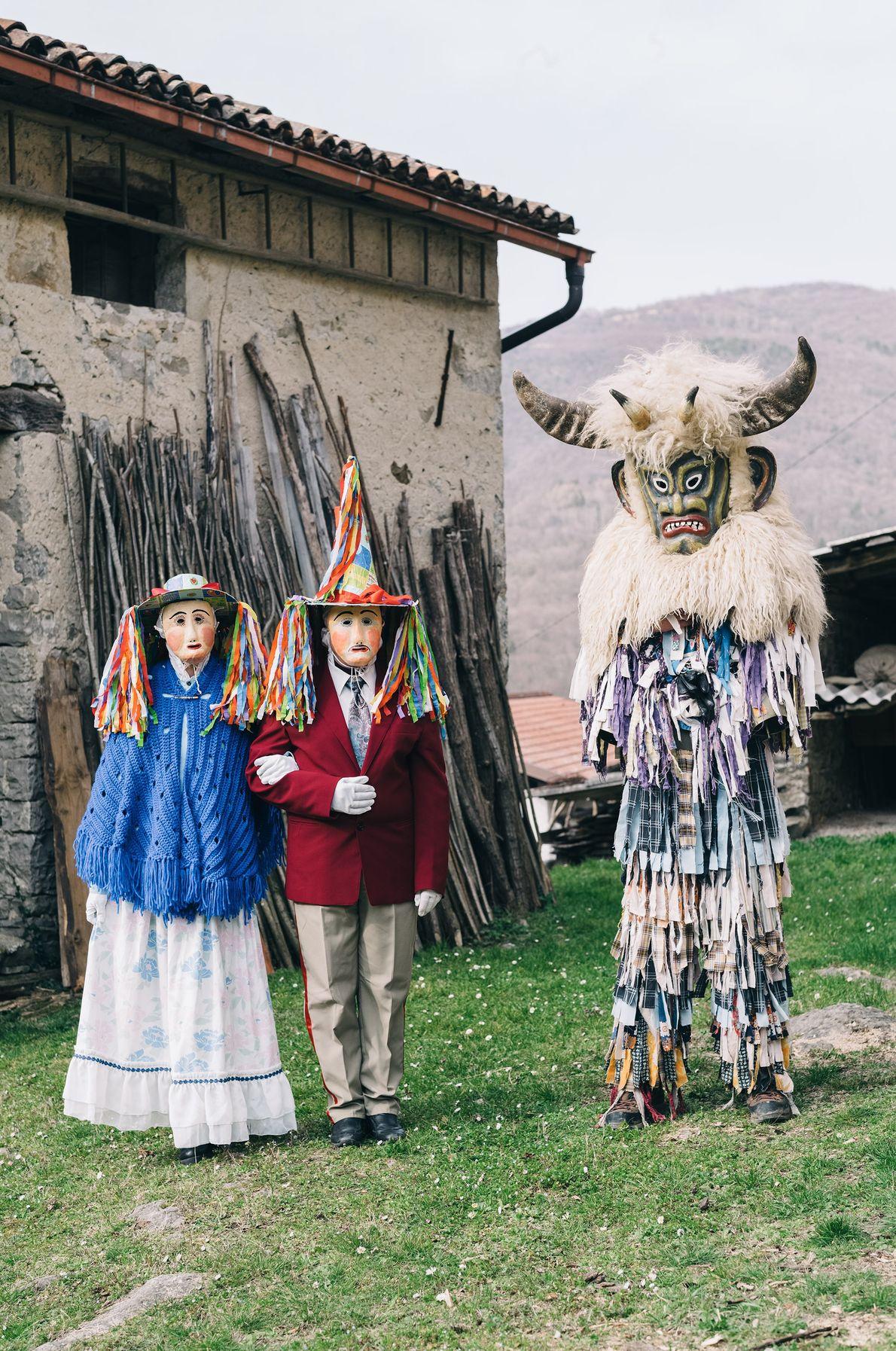 Le clan des Beaux (ta lepi dans le dialecte local) d'Ukanje comprend un couple marié (à ...