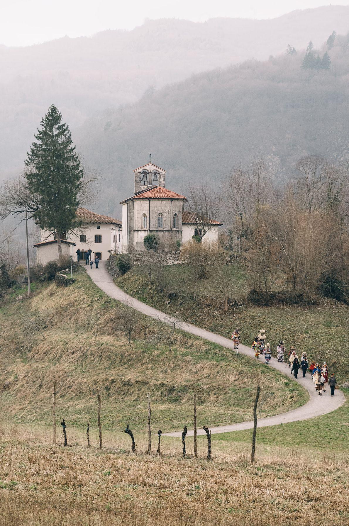 Procession de Liski Pust derrière l'église Saint Cantien de Britof, un hameau du village d'Ukanje à ...
