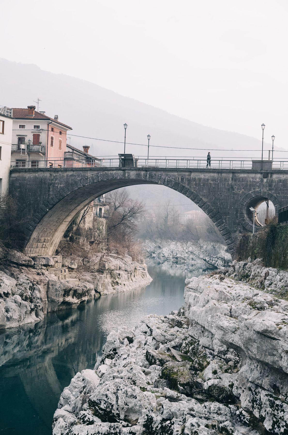 Vieux de plusieurs dizaines d'années, ce pont en pierre relie les visiteurs à la municipalité de ...